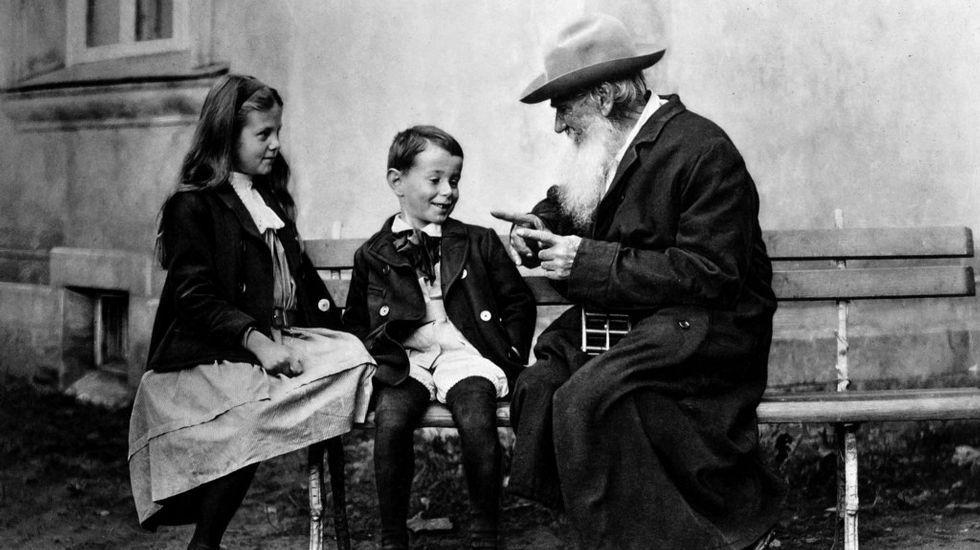 Tolstói con sus nietos