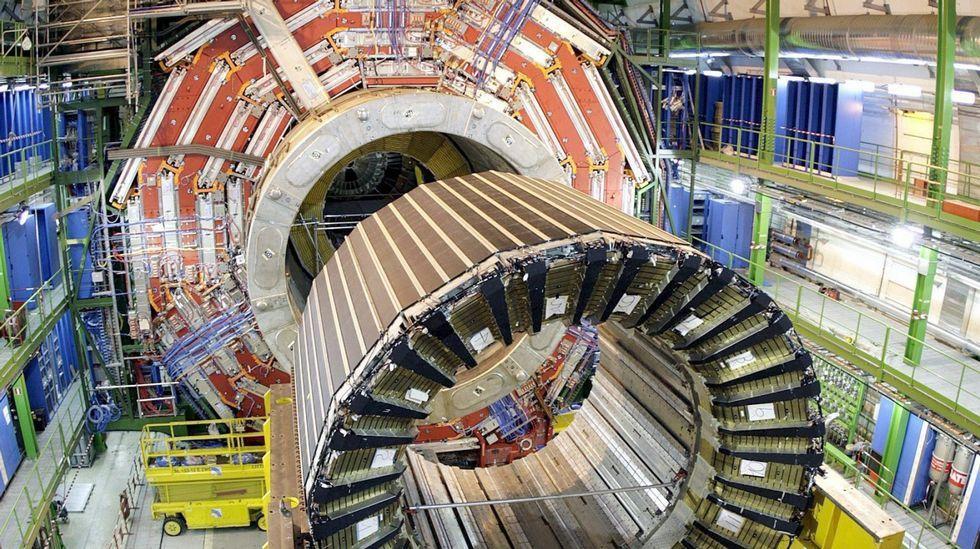 Un operario de Xonxa, en el interior del laboratorio europeo de física de partículas.