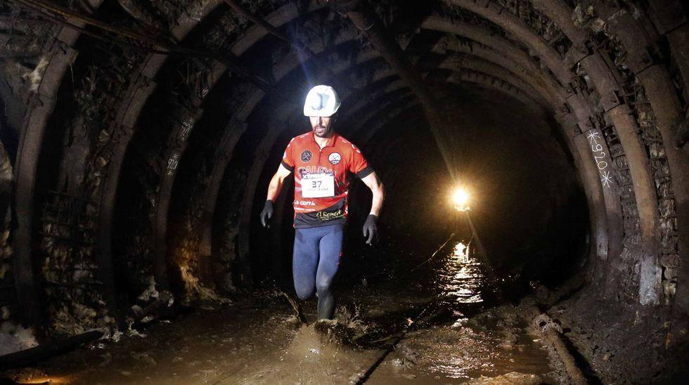 El atleta Jorge Canteli durante el recorrido que realizó hoy en la edición  zero  de la Xtreme Trail de El Pozo Sotón, de Hunosa, primera prueba de estas características que se disputa a 500 metros de profundidad en esta mina de hulla de San Martín del Rey Aurelio