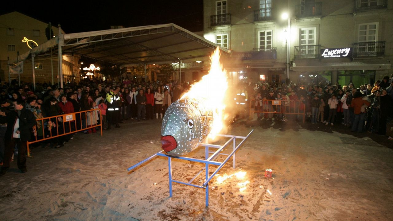 Incendio de un belén en el polideportivo de Campo Lameiro.El festival de la canción humorística llevaba años sin celebrarse