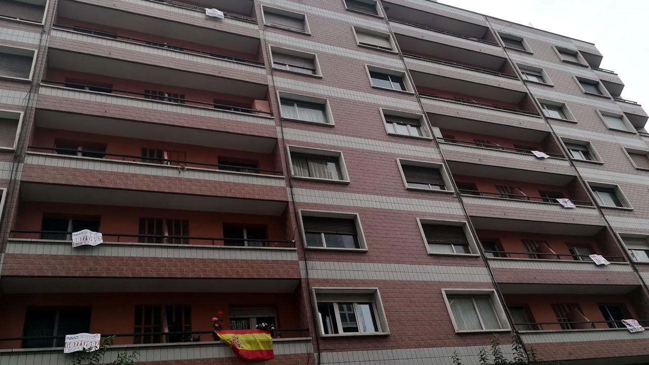 Edificio con anuncios de una inmobiliaria en el centro de Gijón
