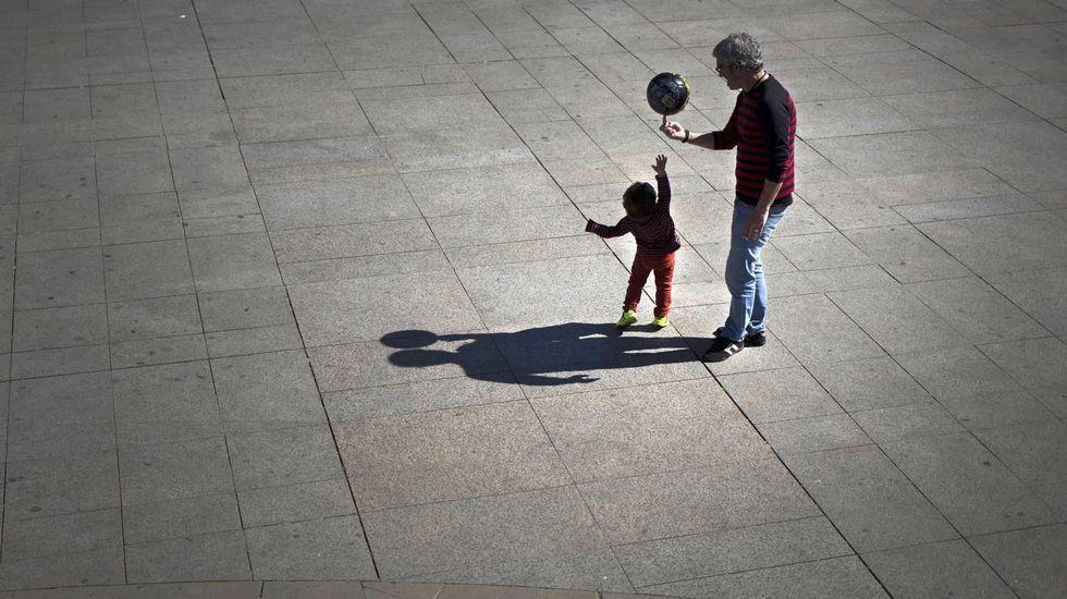 .Imagen de archivo de un hombre jugando con su hijo.