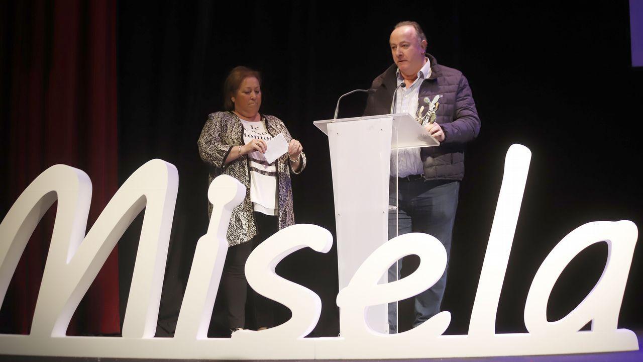 CIS Aixiña: Entidades sociais de Ourense deseñan unha X humana..La obra de teatro inclusivo «Se vende ático» se presentó en la Fundación Barrié en A Coruña