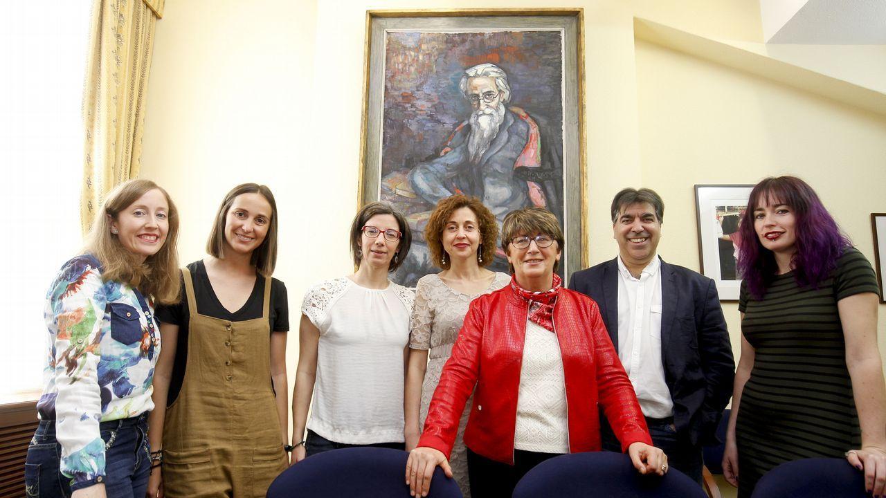 Margarita Santos (tercera por la derecha), con miembros del Grupo de Investigación Valle-Inclán de la Universidade de Santiago
