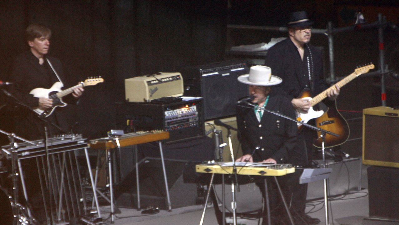 Bob Dylan, al piano, durante su actuación en Vigo en el 2008