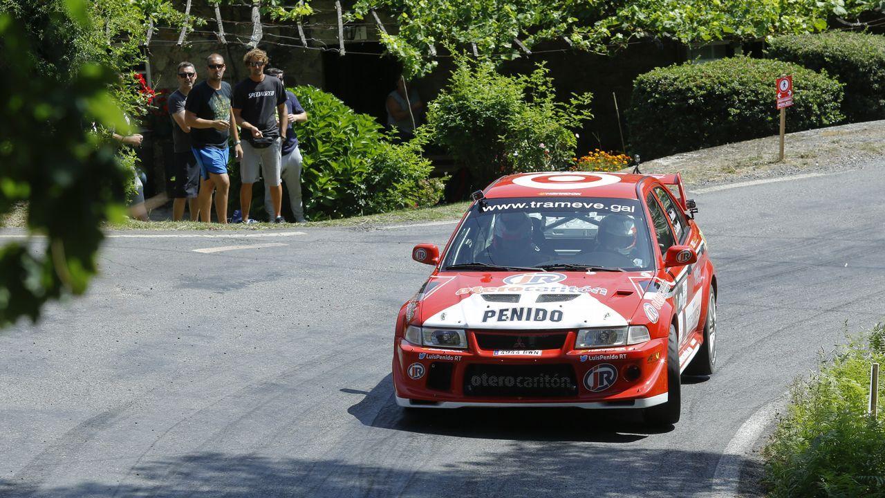 Organizadores, autoridades y patrocinadores junto a Daniel Alonso y el vehículo con el que ganó hace ahora 25 años el Rally Princesa de Asturias