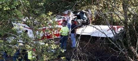 La aeronave quedó encajada en una zona arbolada que discurre ocho metros por debajo de la autopista en Curro (Barro).