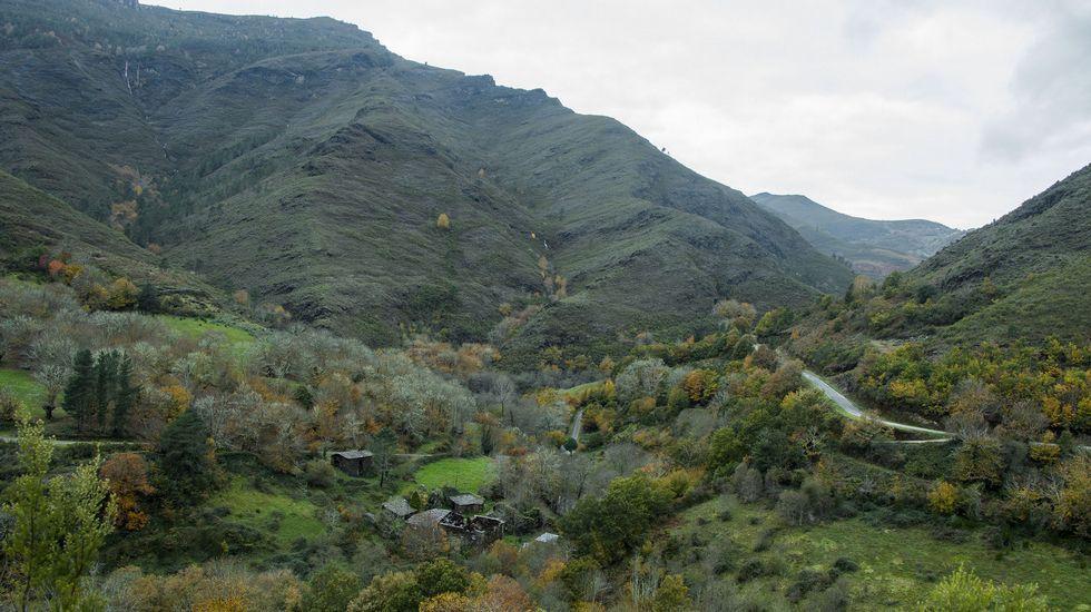 Desde el camino se divisa un espectacular panorama de la aldea de Lousadela y las montañas que la rodean