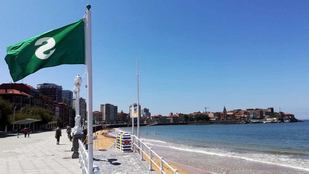 .Bandera verde para el baño en la playa de San Lorenzo