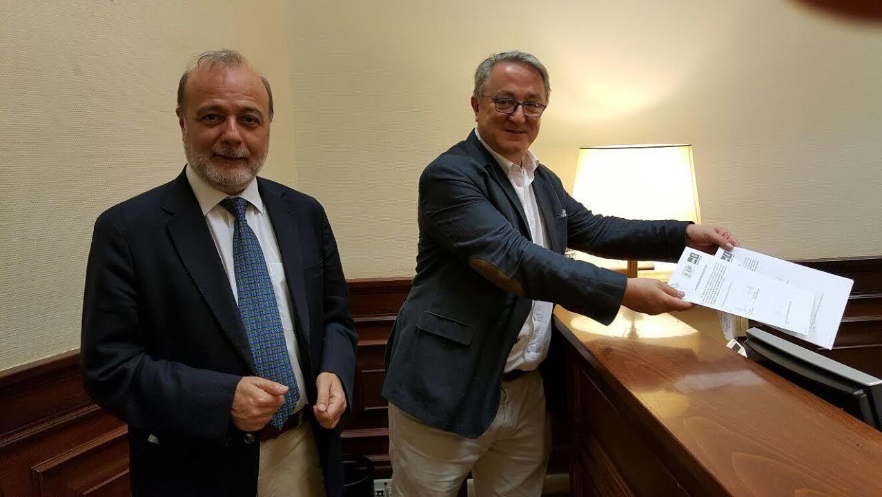 Sáenz de Santamaría: «Cuando se instala la incertidumbre, las inversiones se escapan». El presidente del Parlamento Europeo, Antonio Tajani (d), y el presidente del Principado, Javier Fernández, se saludan a su llegada hoy a Oviedo