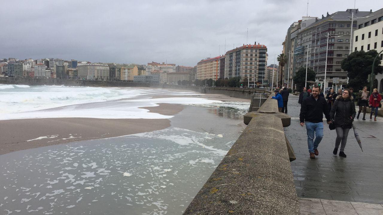 La marea subió hasta el paseo marítimo coruñés a media tarde