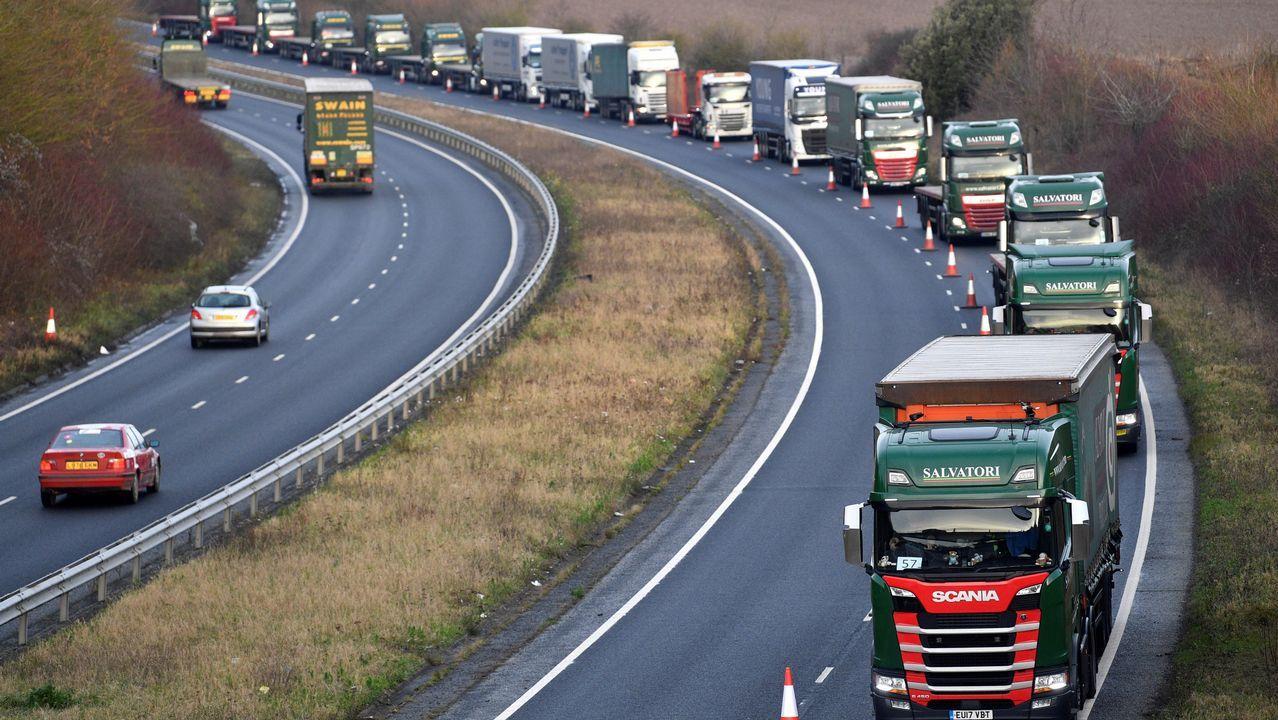Camiones circulan por la carretera A259 mientras realizan un ensayo de circulación al puerto de Dover en Kent (Reino Unido)