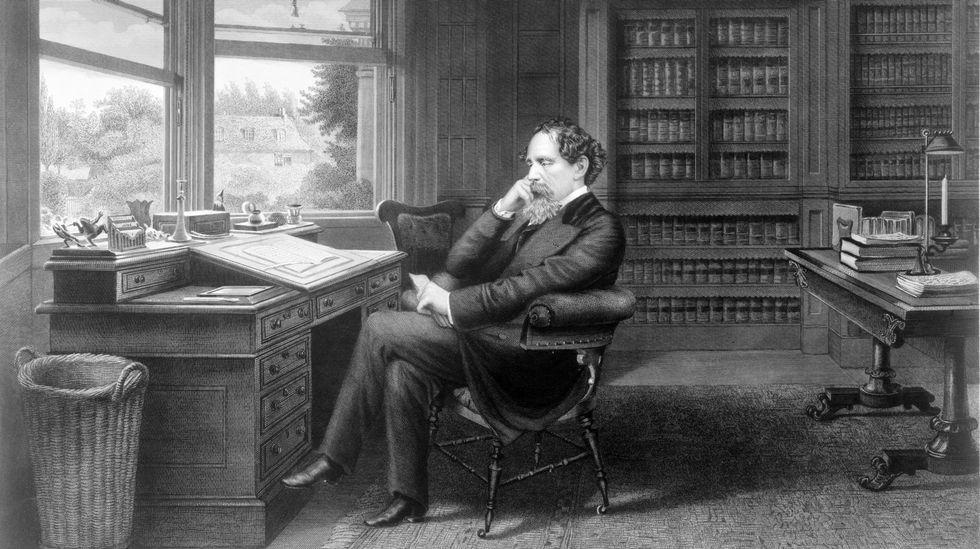 Charles Dickens en su escritorio