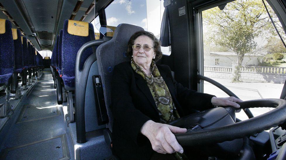 María Luisa Hermida Fernández conductora de la empresa de autobuses de Darriba.Parte de los socios fundadores de la asociación patronal Droniberia, el día de la constitución