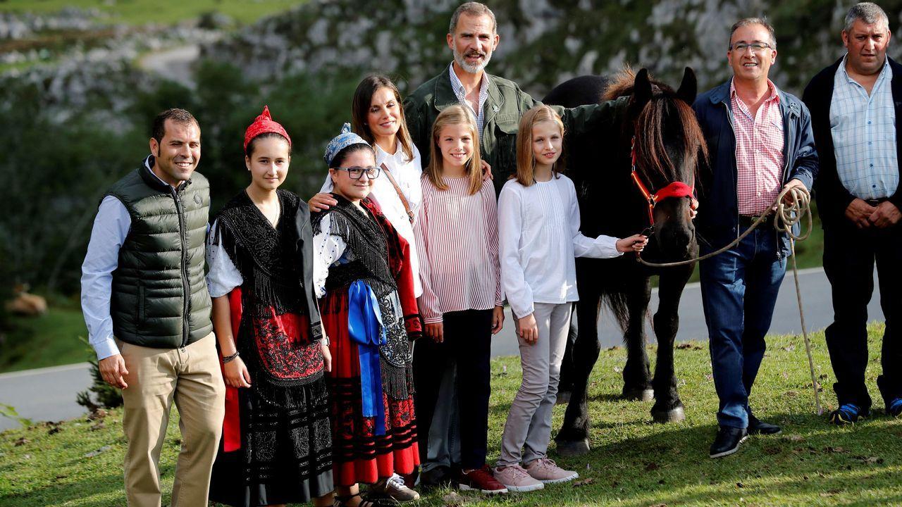 Los reyes Felipe (c) y Letizia (4i), la princesa Leonor (3d) y la infanta Sofía (5i) posan tras un recorrido con motivo de la celebración del primer centenario del Parque Nacional de la Montaña de Covadonga -embrión del actual Parque de los Picos de Europa-