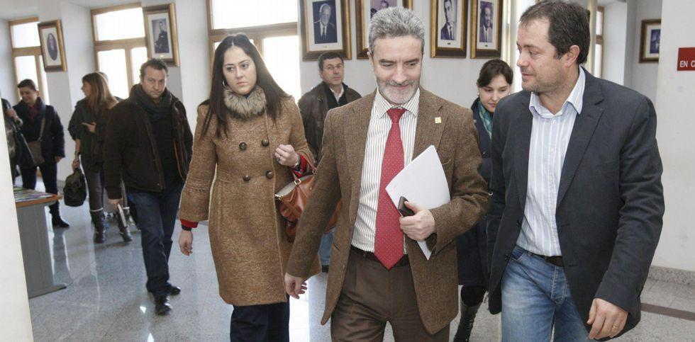 La infanta Cristina acude a la misa por el infante don Carlos de Borbón.Severino Rodríguez, en el centro, sale de una reunión sobre el Infanta Elena en su etapa de alcalde.