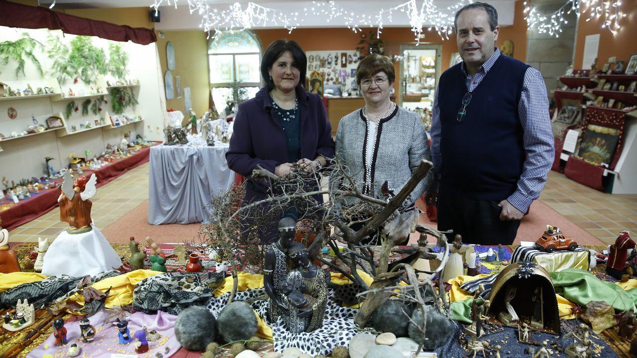 Meixide recibiu o premio de mans de Palmou e xunto ao conselleiro de Cultura