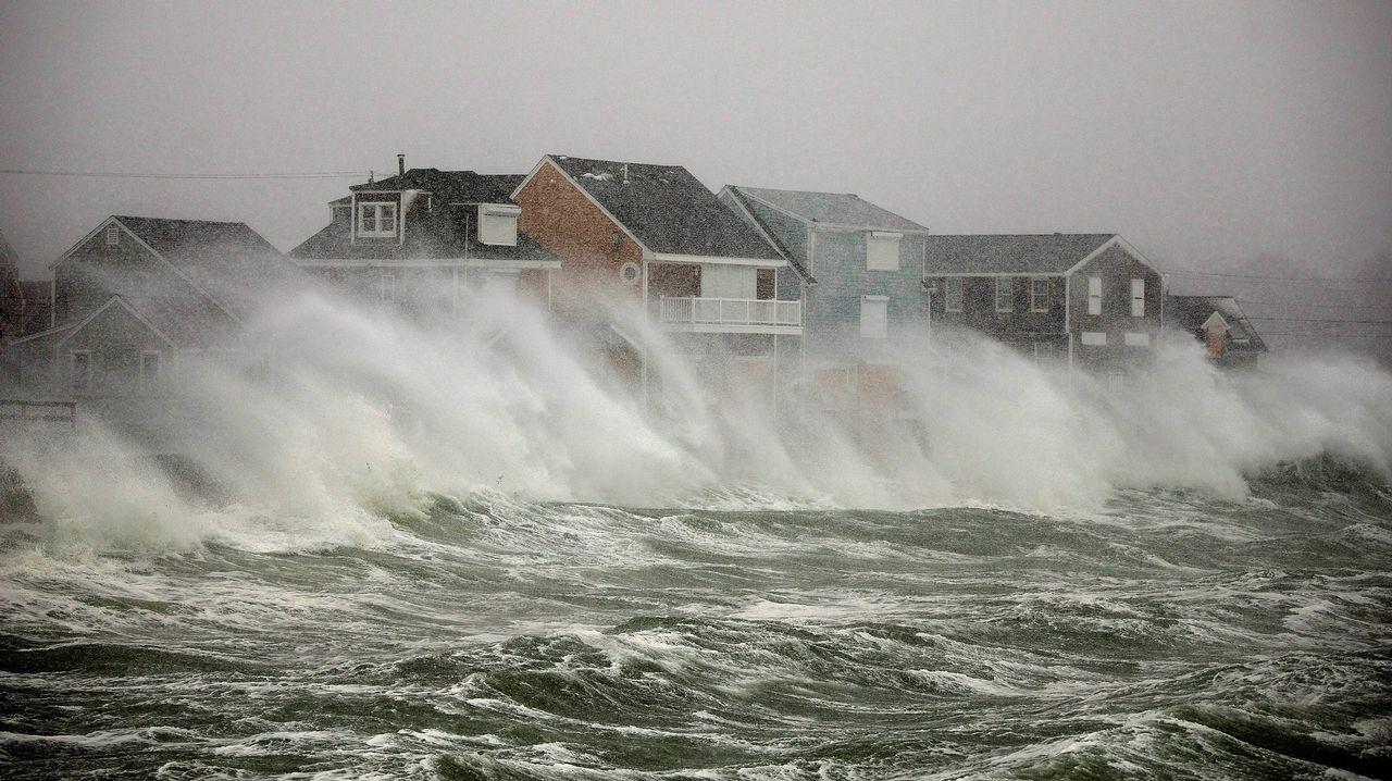 Las olas chocan con las fachadas de las viviendas en Scituate, Massachusetts, debido a la tormenta que sufre la zona