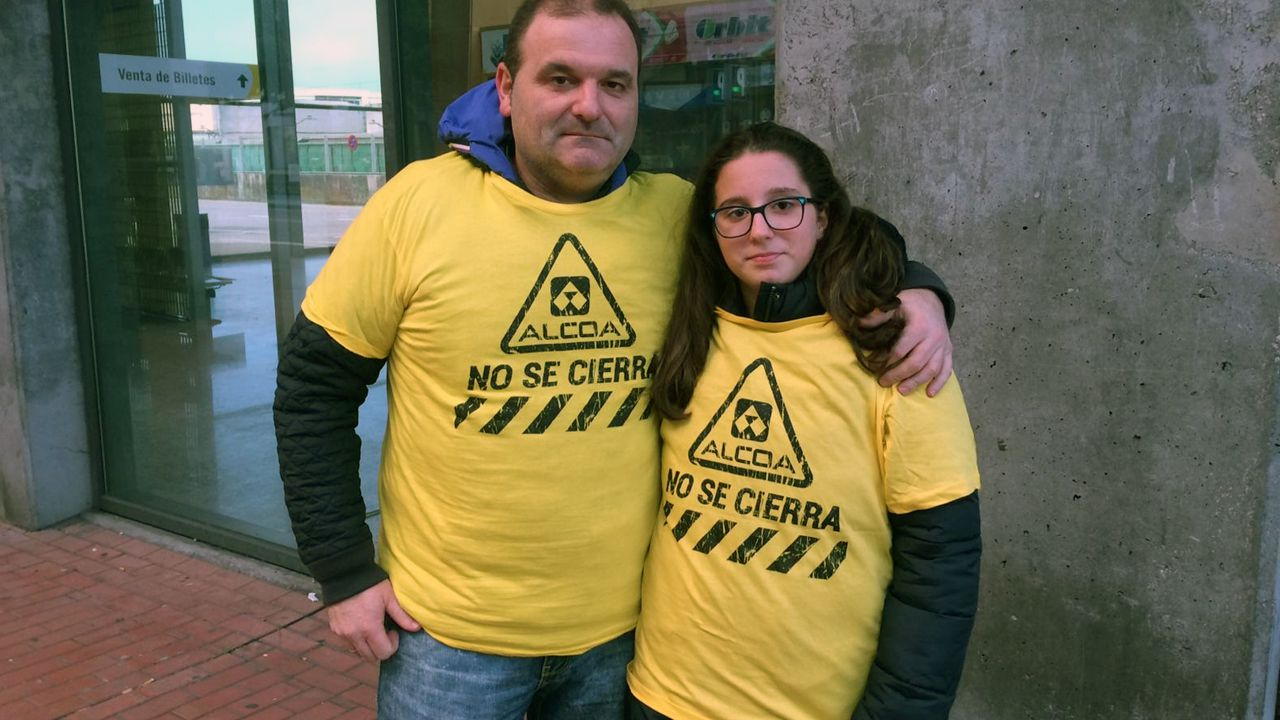 Juan Huergo y Sara Huergo, de Piedras Blancas, participan en la manifestación de Alcoa