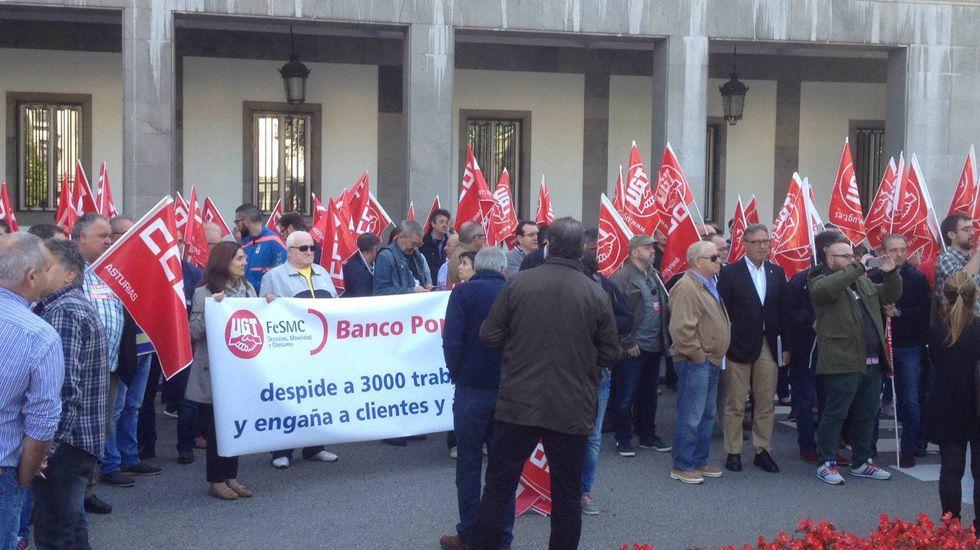 Los sindicatos del Banco Popular se manifiestan en Uría por los despidos.Trabajadores del Banco Popular se manifiestan ante la oficina central en Oviedo.