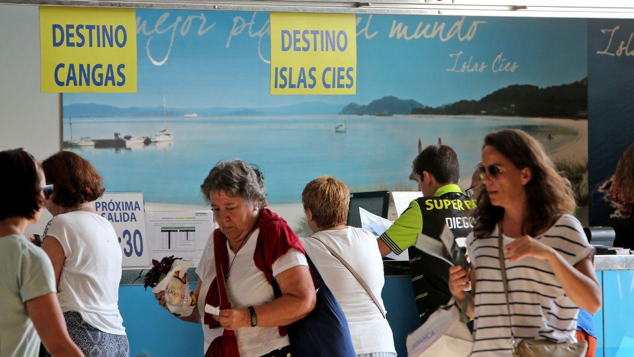 Abarrote en el Longueirón de Fisterra, localidad pirata: ¡mira las imágenes!.Un grupo de turistas en Oviedo