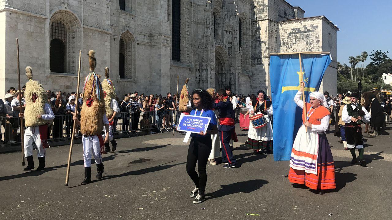 Los sidros de Valdesoto durante el desfile de Belém, en el que participaron más de 500 personajes de 35 grupos diferentes