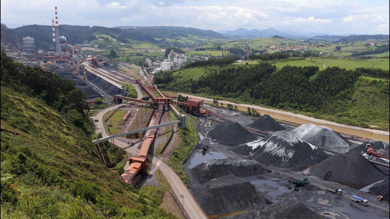 Vista del parque de carbones y de la central térmica de Aboño.