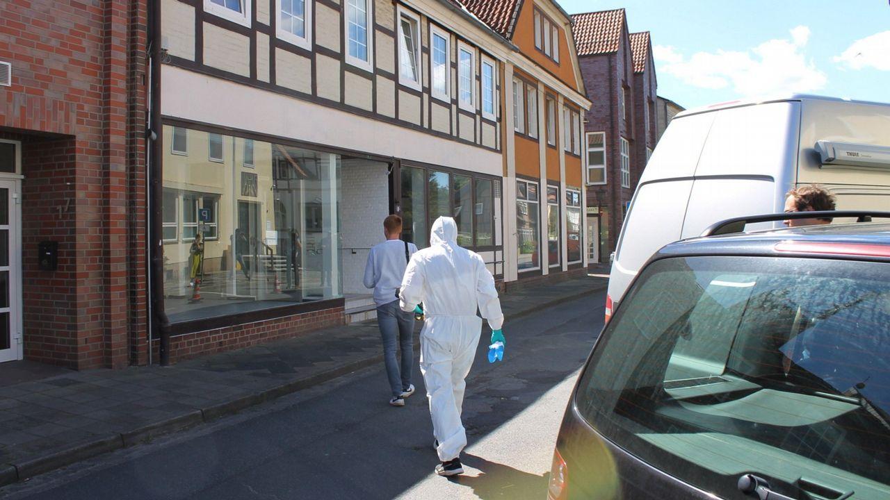 Agentes de la policía alemana, en el edificio donde se produjo el crimen
