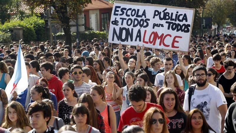 Los estudiantes gallegos vuelven a salir a la calle en contra de la Lomce.El equipo de seguridad del presidente de la Xunta tuvo que intervenir ante la protesta.