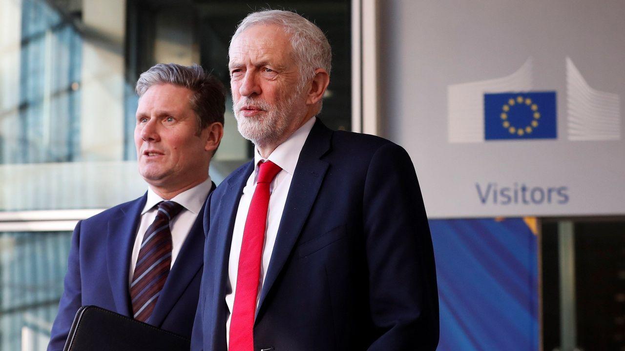 Corbyn y el secretario laborista para la UE, Kevin Starmer, salen de la reunión en Bruselas.