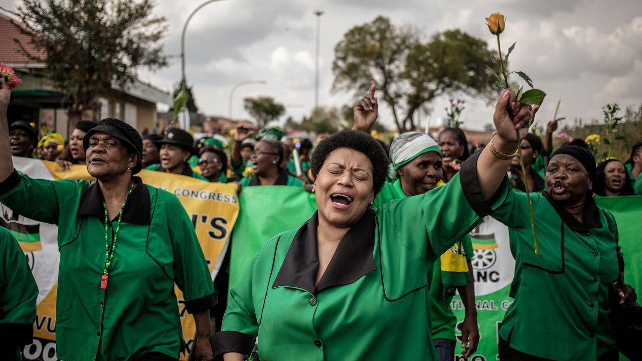 Miembros del Congreso Nacional Africano marchan en recuerdo de la activista Winnie Mandela, fallecida esta semana a los 81 años