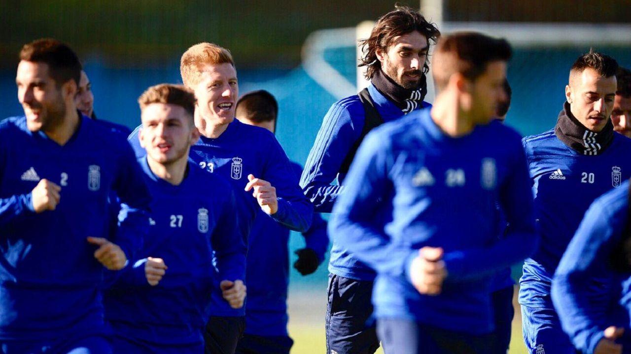Los jugadores del Oviedo, con Mossa en el centro, en El Requexón