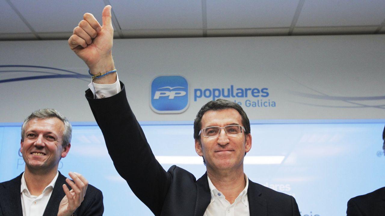 En esos comicios el PP amplió su mayoría absoluta en el Parlamento gallego hasta los 41 escaños. En la imagen, celebra los resultados junto a Alfonso Rueda.
