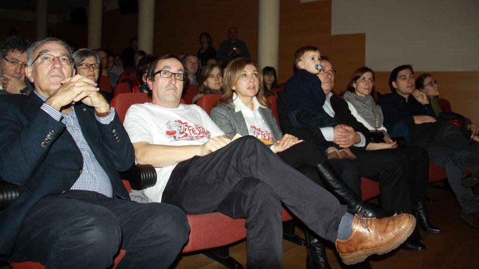 O Barco se rindió al botelo.El alcalde, Alfredo García, el presentador, José María Rodríguez, la edila de Cultura, Marga Pizcueta, y el pregonero, Javier Careca, con su familia