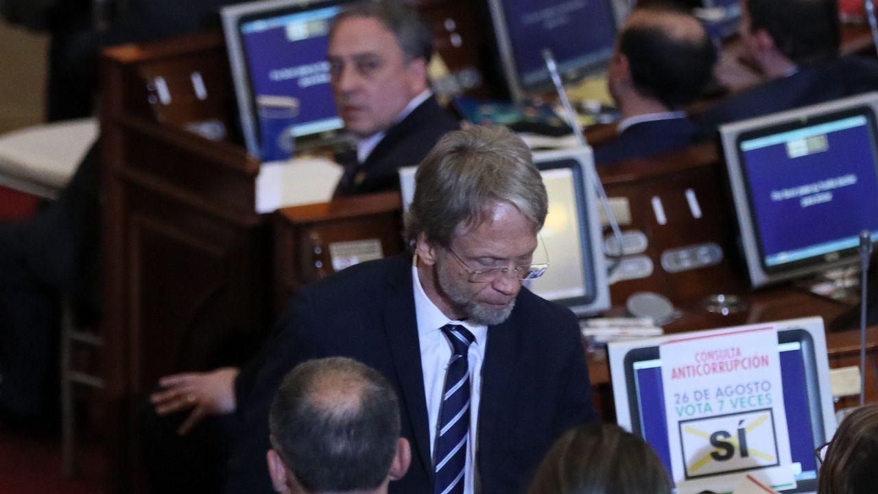 El presidente de Duro Felguera, Acacio Rodríguez (c), durante la reunión de la junta de accionistas celebrada hoy en Oviedo, para ratificar el acuerdo suscrito con la banca para su refinanciación, que incluye una ampliación de capital de 125 millones de euros