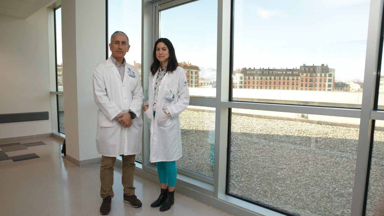 Elías Delgado jefe de sección de diabetes del Servicio de Endocrinología y Nutrición del HUCA y  Jessica Ares, doctora en el HUCA