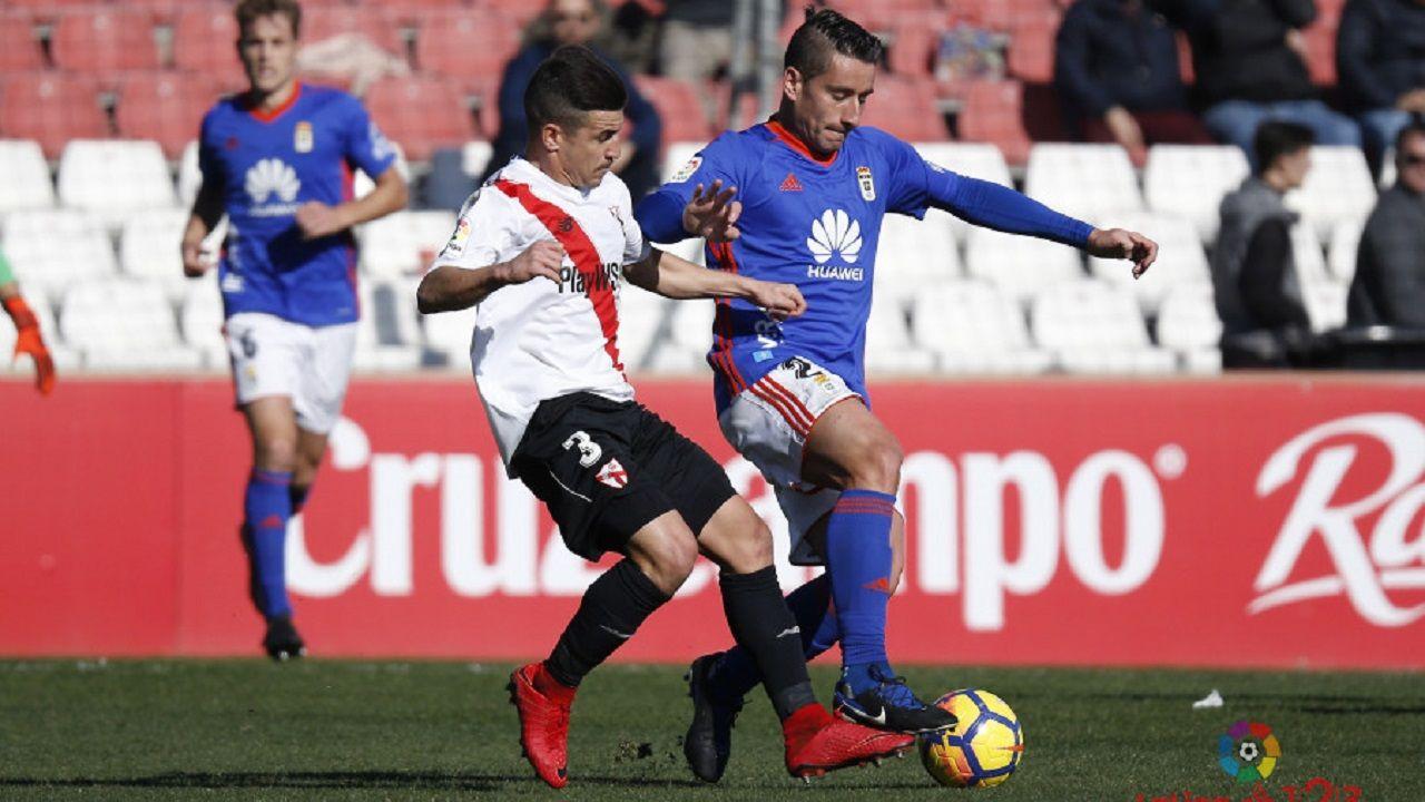 .Matos y Berjón pugnan por un balón en un Sevilla Atlético-Oviedo