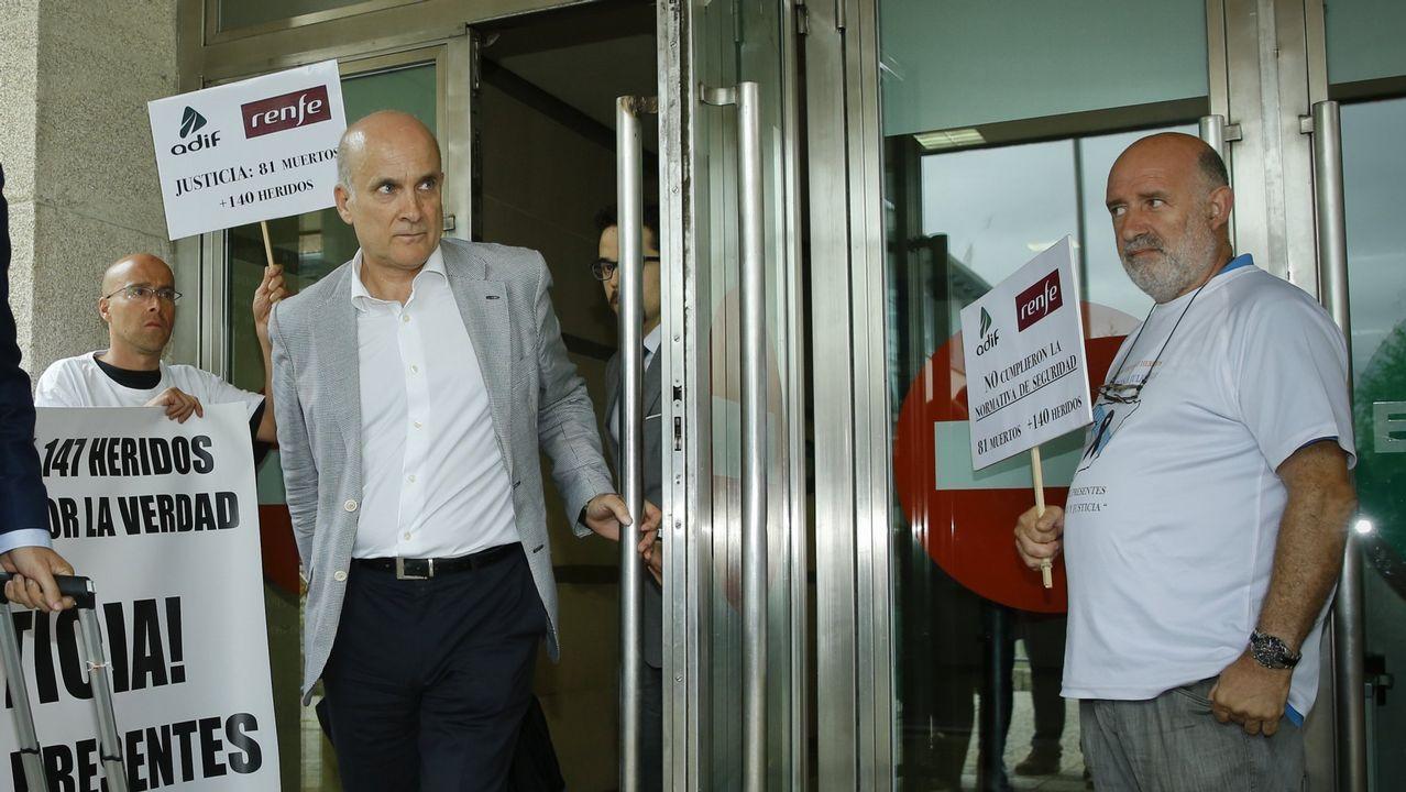 Vías del centro de Avilés que se soterrarían con la propuesta del PSOE.Dos autobuses de Ouibus en ua imagen de archivo