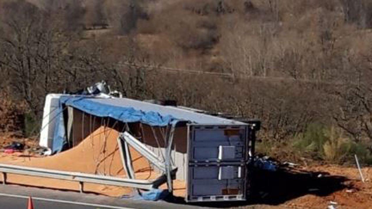 Jesús Calleja interviene para evitar un incendio en la autopista del Huerna.Imagen del camión volcado tras el accidente en la Autopista del Huerna