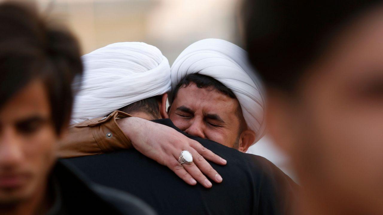 Clérigos chiítas y miembros de Hasheb al-Shaabi lloran la muerte de un correligionario en Mosul