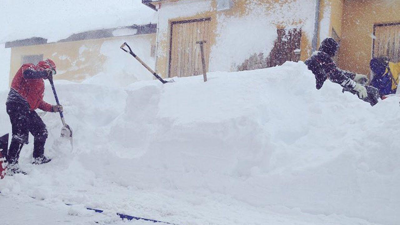 Varías personas tratan de desbloquear el acceso a uno de los edificios en Fuentes de Invierno