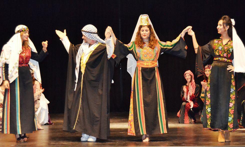 <span lang= es-es >Cee se acerca a Palestina</span>. Sus trajes, sus versos y sus canciones fueron algunas de las vías empleadas para mostrar a los vecinos de Cee la realidad del pueblo palestino.