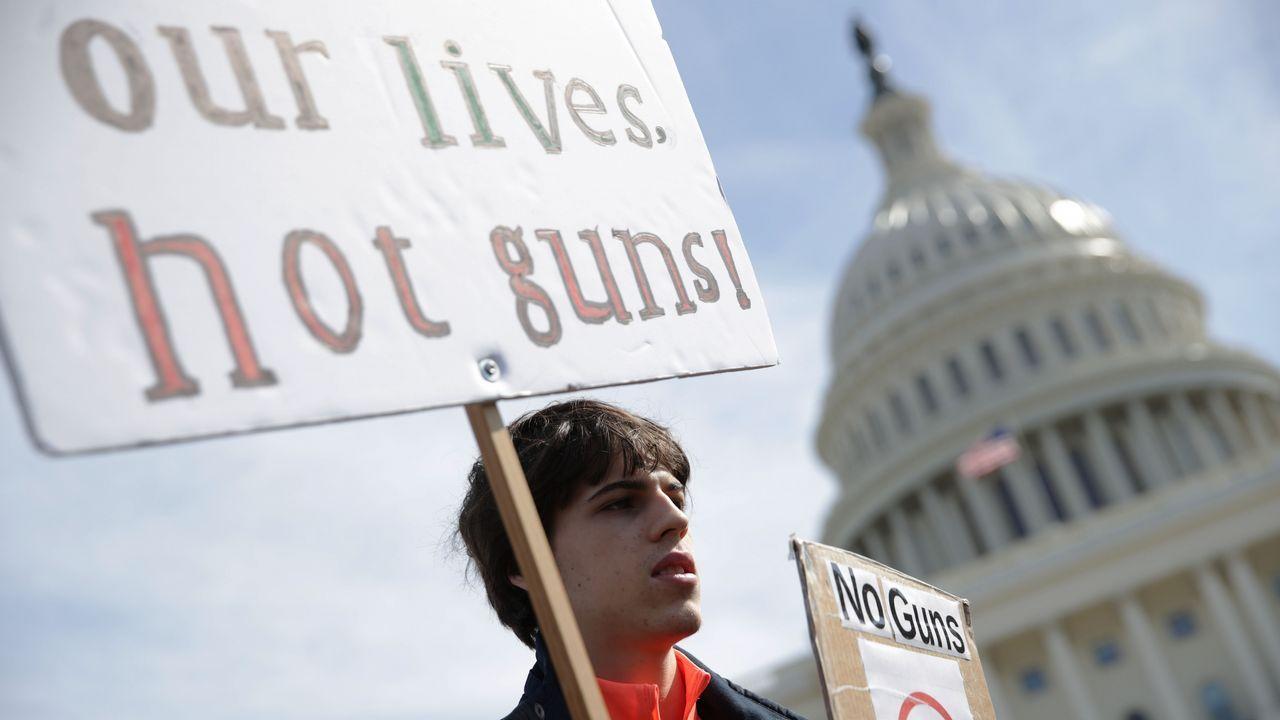 Un estudiante se manifiesta durante una concentración por el control de armas, en Washington
