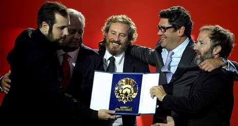 Carlos Vermut (izquierda) celebra con su equipo la Concha de Oro; a la derecha, el productor Pedro Hernández.