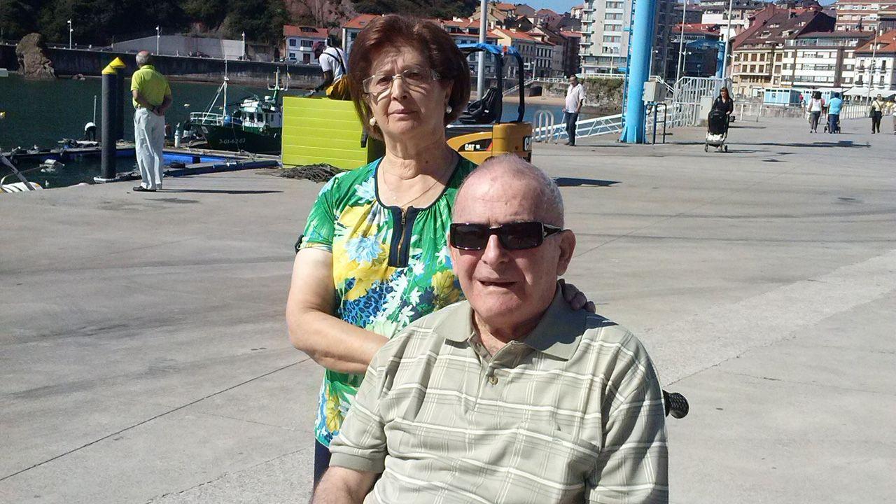 Emilio Álvarez García, más conocido como «Milio, el de Guita», con su viuda, en Candás, el 8 de septiembre de 2015, apenas tres días antes de ingresar en el geriátrico