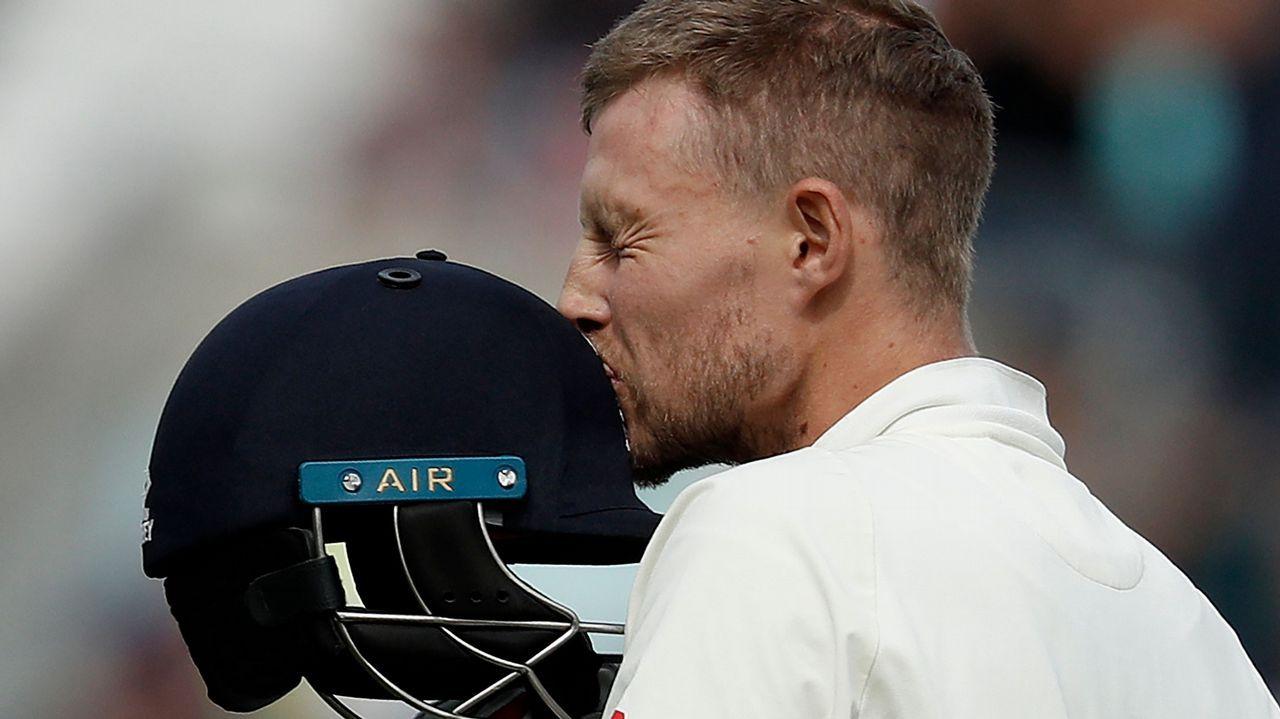 El jugador de críquet Joe Root besa su casco en el estadio The Oval, en Londres