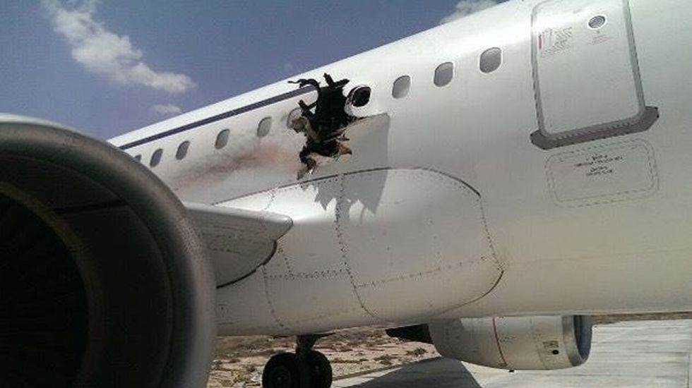 Un avión de Dallo Airlines vuela con un agujero en el fuselaje.Ryanair y TAP son las dos compañías que se suman este año a las pistas de Peinador.