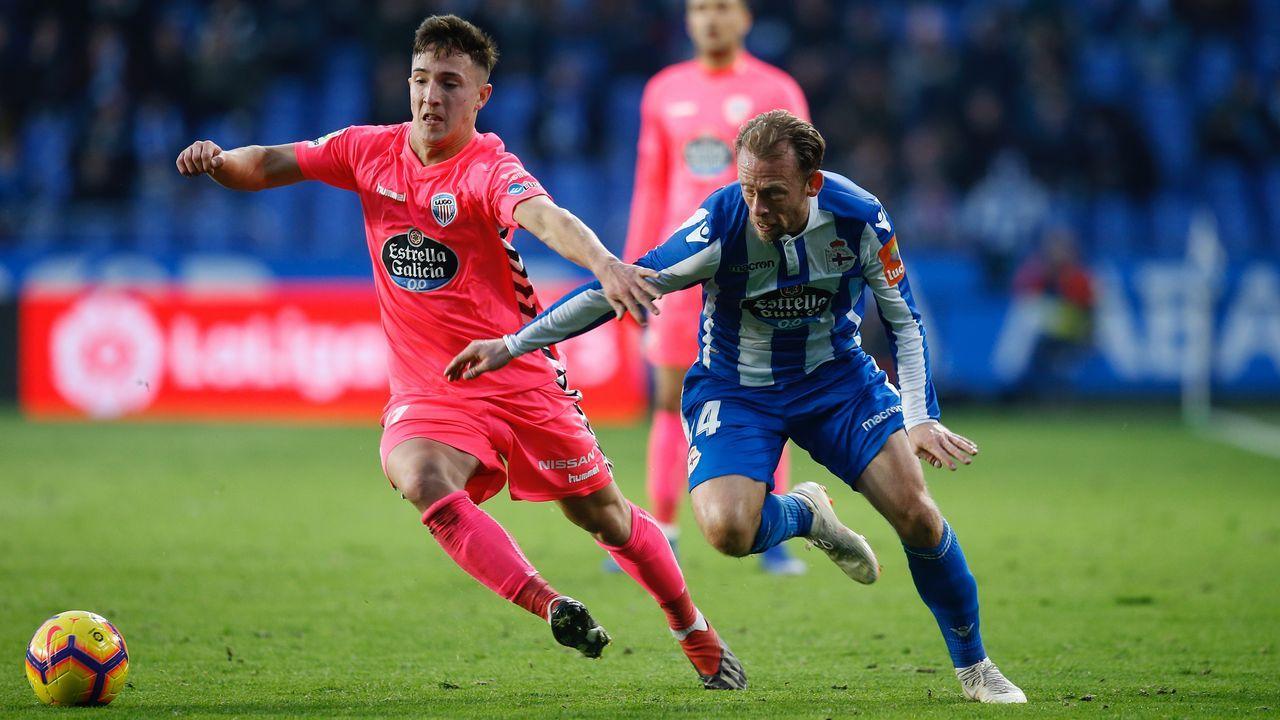 Baja un 30% el precio de los peajes de las radiales madrileñas.Los jugadores del Oviedo celebran el gol de Christian al Numancia