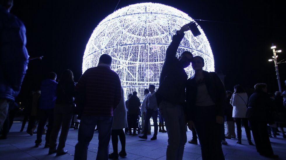 Así lucen las luces de Navidad en A Coruña.Rotura de un tubería en la calle Cardenal Cisneros