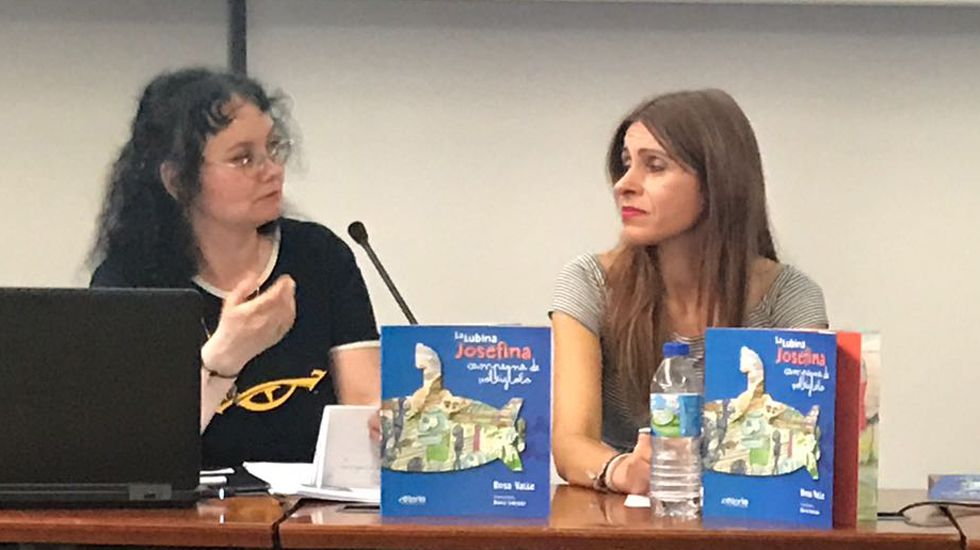 Diana Sobrado y Rosa Valle durante la presentación del cuento en Gijón